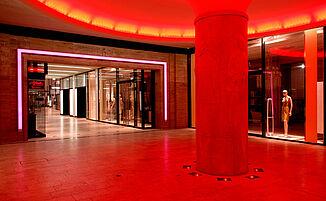 Messehofpassage in rotem Licht